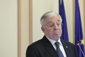 """Cum s-a apărat Isărescu în fața acuzațiilor: """"Nu scoatem dobânda din pălărie!"""""""