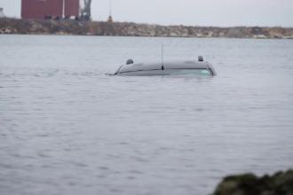 Doi tineri au plonjat cu o mașină de teren direct în portul din Constanța