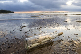 Sticlă cu un mesaj vechi de 56 de ani găsită de un cuplu, pe plajă. Ce scria pe bilet