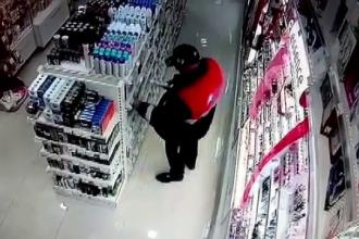 Un bărbat este căutat de polițiști după ce a fost surprins furând cosmetice