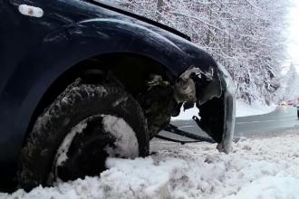 Accident la Poiana Brașov. Un tânăr a lovit un parapet de beton și a ajuns în șanț
