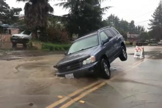 Coşmar pentru un şofer, din cauza unei gropi apărute brusc în asfalt în urma lucrărilor