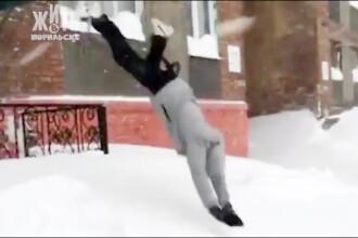 Oraşul unde stratul de zăpadă a ajuns la 4 metri. Oamenii ies din bloc sărind pe geam