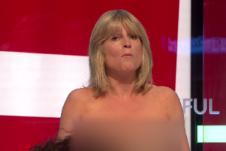 Momentul în care o jurnalistă britanică s-a dezbrăcat LIVE la TV. VIDEO