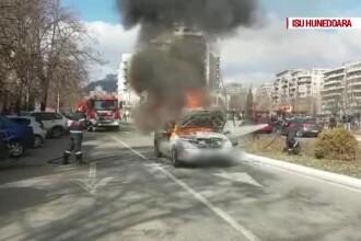 O mașină a ars complet pe o stradă din Deva. Proprietarul nu avea asigurare