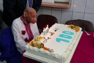 Un bărbat din Maramureş, care suferă de o boală gravă, a reuşit să ajungă la 100 de ani