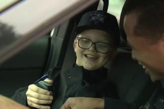 Gestul incredibil făcut de polițiști pentru un băiețel chinuit de o boală rară