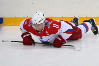 Vladimir Putin a făcut flotări pe gheață la Soci. Lukaşenko l-a privit