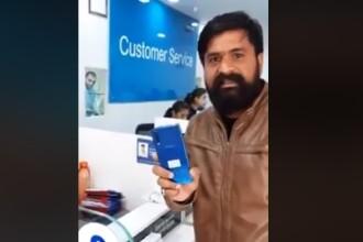 Supărat pe serviciile Samsung, un client și-a spart telefonul în fața angajaților. VIDEO