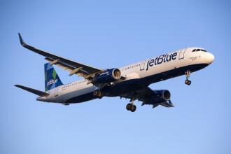 O femeie a născut în avion. Reacţia emoţionantă a pasagerilor. VIDEO
