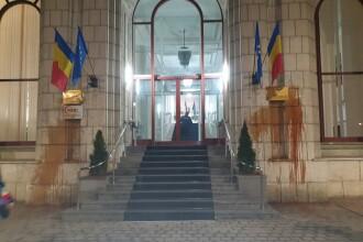 Ce sancțiuni au primit protestatarii care au aruncat cu ketchup în Ministerul Justiției