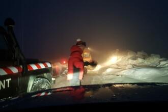 Aproape 100 de turişti, blocaţi în zăpadă în drum spre o staţiune din Retezat