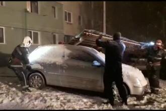 România sub ger și viscol: acoperișul unui bloc a fost smuls și aruncat peste mașini