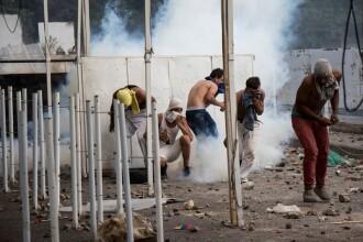 Momentul în care soldați din Venezuela doboară cu blindatele granița cu Columbia. VIDEO