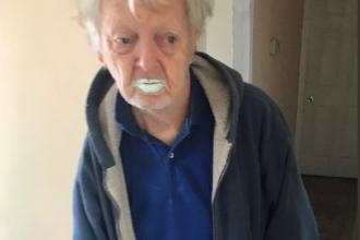 Bătrânul care a devenit viral după ce a băut vopsea din greșeală. Ce credea că este