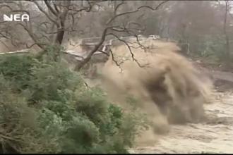 Furtuni violente în Grecia. Momentul în care un pod de piatră este distrus de viitură