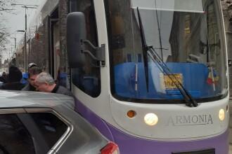 Mașină mutată pe sus de călători, după ce a blocat linia de tramvai în Timișoara