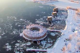 Hotel care plutește pe apa unui râu, în Suedia. Cât costă o noapte de cazare