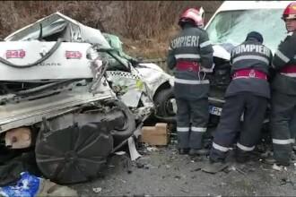 Un tânăr aflat la volanul unui taxi a murit după ce s-a izbit de o dubă, pe DN1