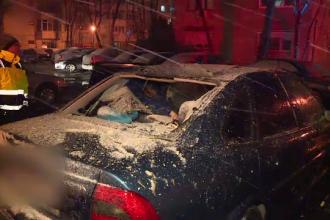 Iarna a venit în forță în București: Acoperișuri smulse de vânt, zeci de mașini avariate