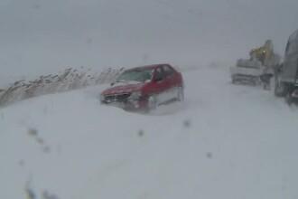 Furtuni de zăpadă, drumuri blocate și copaci rupți. Șoferii și-au abandonat mașinile