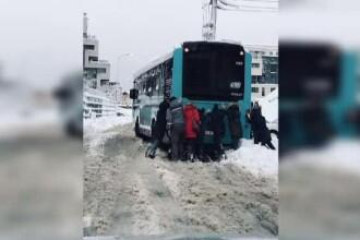 Dezastru în București după prima ninsoare serioasă. Un autobuz STB a fost împins de trecători