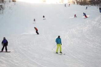 Turiștii au dat năvală pe pârtii, în Poiana Brașov. Condițiile de schi au fost excelente