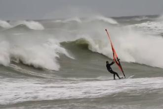 VIDEO. Curaj extrem la malul mării. Cum a reușit un sportiv să înfrunte valurile imense