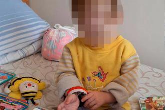 O fetiță de 18 luni a fost uitată de părinți în frig, cu un biberon plin cu votcă lângă ea