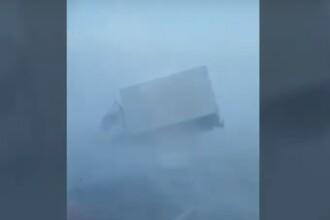 VIDEO. Un camion a fost zburat de pe șosea de o furtună de zapadă, într-un oraș din Siberia