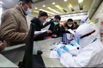 Numărul deceselor cauzate de coronavirus a trecut de 900. Doi români din Hubei au fost repatriați