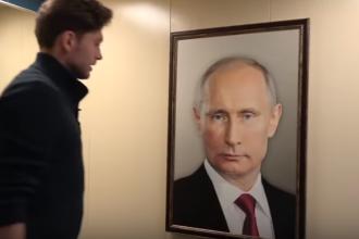 """""""Putin mereu privește"""". Reacția oamenilor când văd un tablou cu președintele rus în lift"""