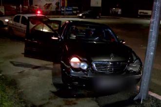 Doi tineri fără permis au fugit cu mașina de polițiști până s-au izbit într-un stâlp, la Constanța