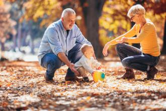 Senatul a probat acordarea unor sume lunare pentru bunicii care își cresc nepoții