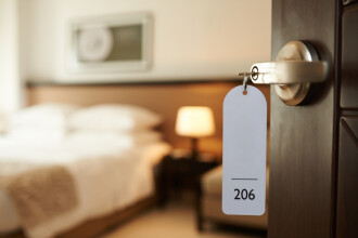 O femeie și fiul ei au făcut mii de rezervări false la hoteluri. Prejudiciul creat este uriaș