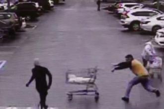 Cum a reușit un client al unui supermarket să ajute la prinderea unui hoț fugărit de agenți