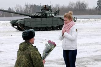 Cerere în căsătorie inedită în Rusia. Un bărbat a aranjat 16 tancuri în formă de inimă. VIDEO
