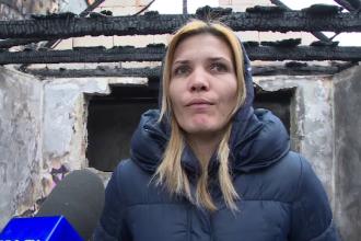 O mamă cu 4 copii au rămas pe drumuri. Casa lor renovată a ars complet