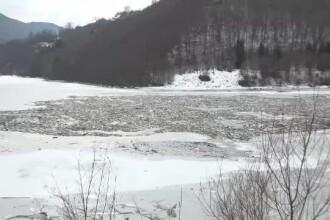Un lac din județul Alba s-a transformat în groapă de gunoi. Apa alimentează multe localități