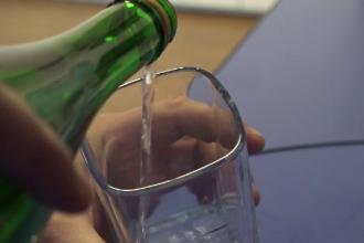 Tot mai mulți tineri bine plătiți cad în patima alcoolului. Care sunt principalele motive