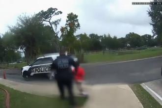 Momentul în care o fetiță de 6 ani e încătușată de polițiști, la școală. Ce făcuse copilul