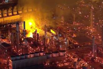 VIDEO. Incendiu violent la o rafinărie din California. Pompierii au avut mari probleme