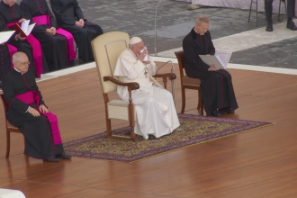Papa Francisc a răcit la o zi după ce a atins și a binecuvântat credincioși din Roma