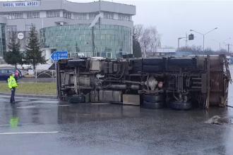 Trafic la ieșirea din Pitești spre autostradă, dat peste cap. O mașină de gunoi s-a răsturnat în sensul giratoriu