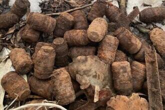 49 de grenade ofensive, descoperite pe malul unui râu din Harghita
