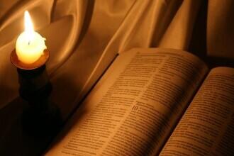 Tânăr din Suceava reținut după ce a furat o carte de rugăciuni