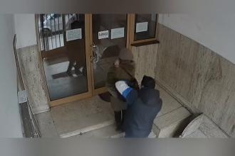 VIDEO. Momentul în care un bărbat jefuiește o femeie în scara unui bloc din Capitală