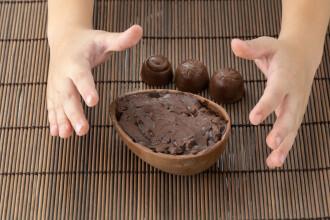 Un copil din Maramureș a murit după ce a înghiţit un obiect aflat într-un ou de ciocolată