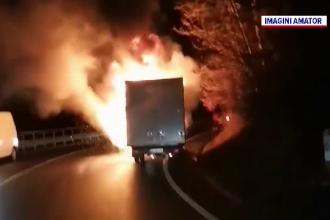 Un camion plin cu anvelope a luat foc pe DN1. Momentul, filmat de șoferii din zonă. VIDEO