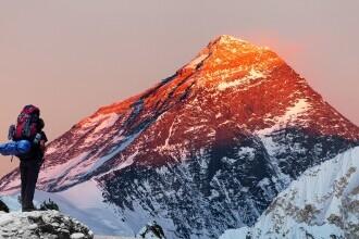 Doi alpiniști au primit interdicție de a vizita Muntele Everest, după ce s-a descoperit că nu au atins vârful